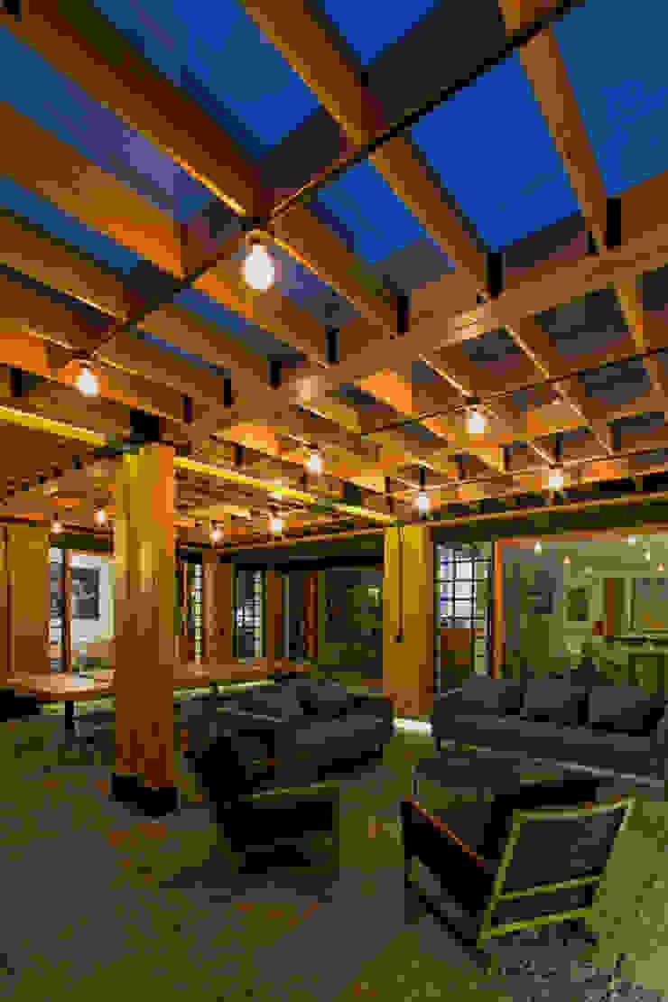 Iluminación Nocturna de DOSA studio Moderno Madera Acabado en madera