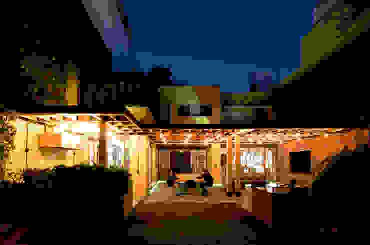 Espacio Completo. Balcones y terrazas modernos: Ideas, imágenes y decoración de DOSA studio Moderno Madera Acabado en madera