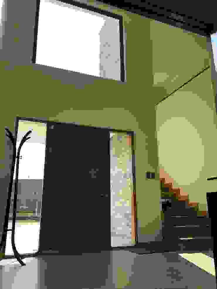 Casa El Golf Pasillos, vestíbulos y escaleras modernos de AtelierStudio Moderno