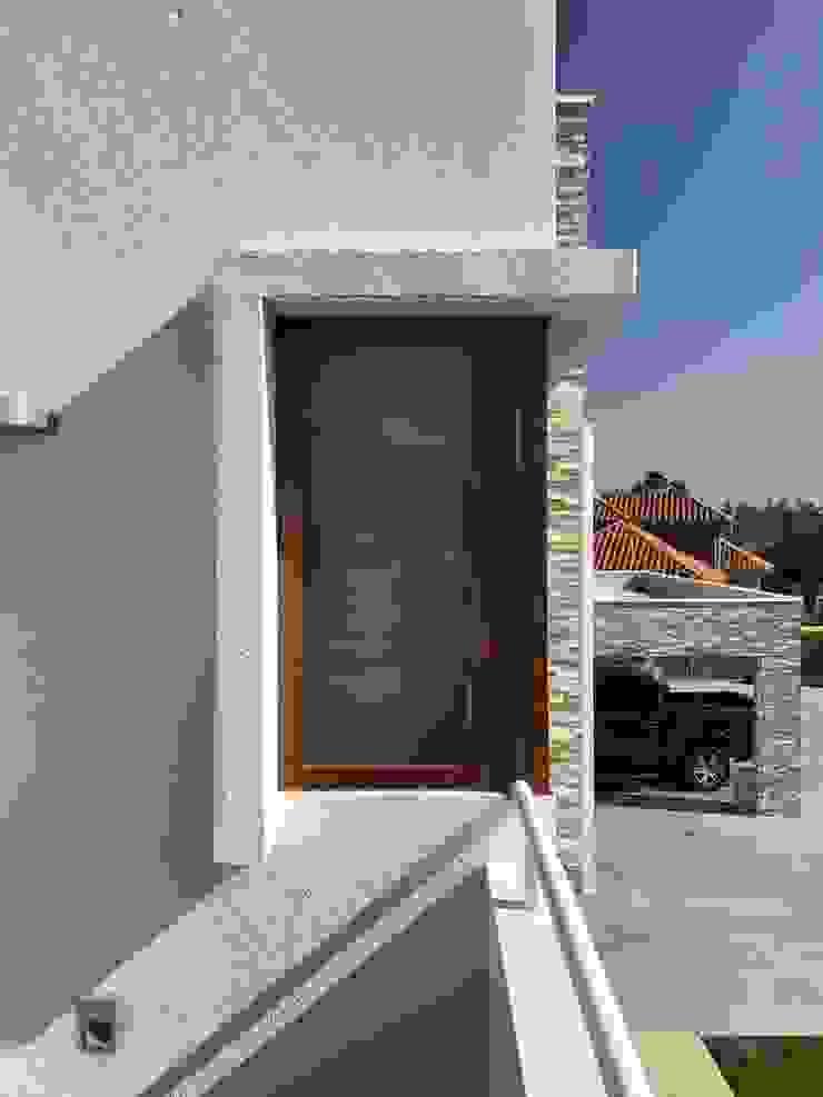 Casa El Golf Puertas y ventanas modernas de AtelierStudio Moderno