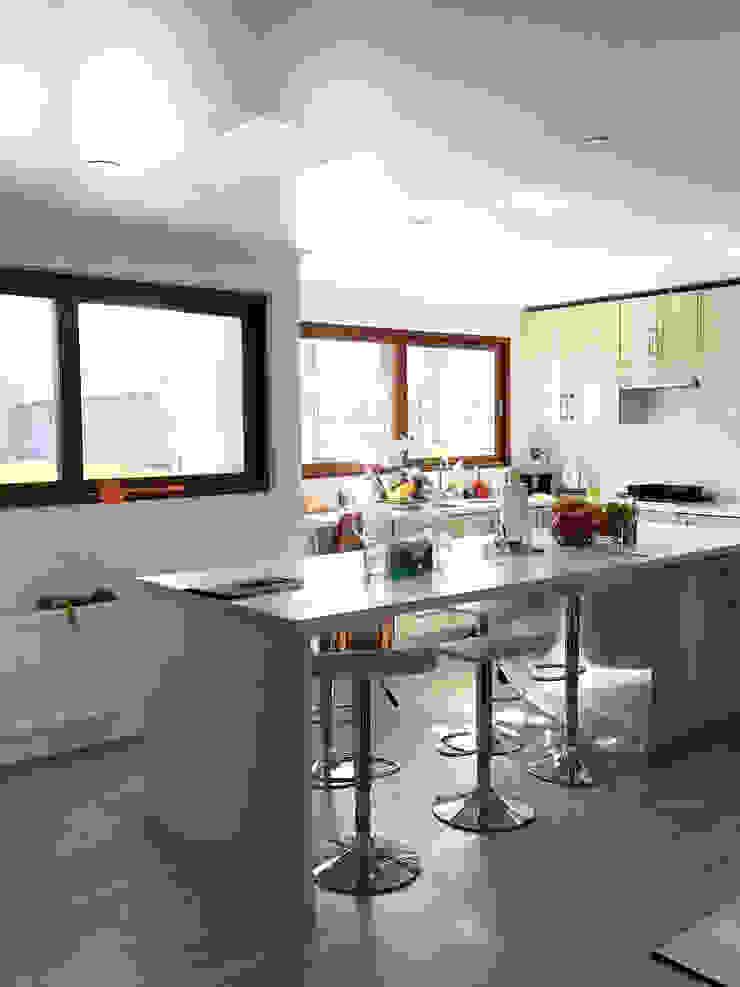 Casa El Golf Cocinas de estilo moderno de AtelierStudio Moderno