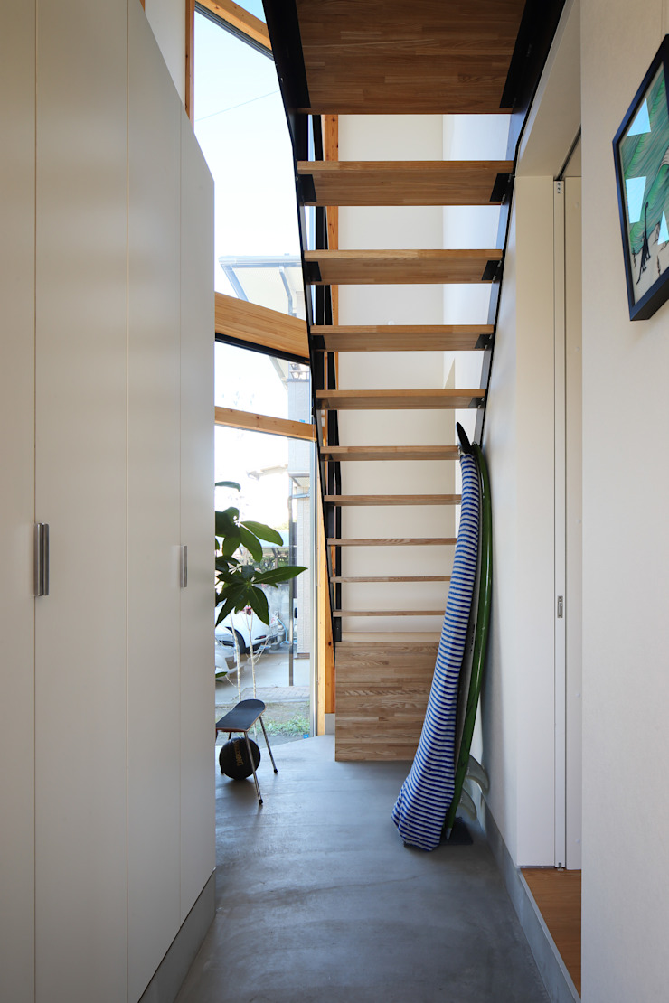 plug *studio LOOP 建築設計事務所 Modern Corridor, Hallway and Staircase