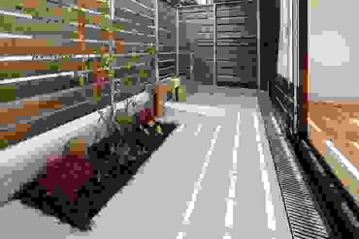 江戸川区K邸 スタジオ・スペース・クラフト一級建築士事務所 オリジナルな 庭 タイル 灰色