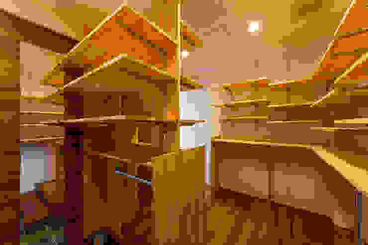 haus-flat シューズクローゼット モダンデザインの ドレッシングルーム の 一級建築士事務所haus モダン 木 木目調