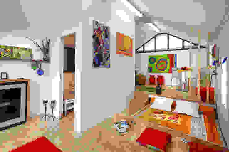 Dormitorios de estilo industrial de Rusticasa Industrial Madera Acabado en madera