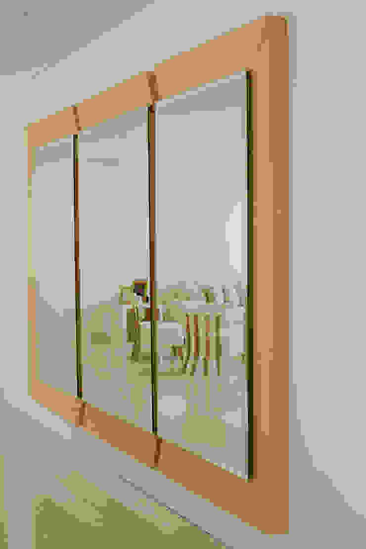 Espejo de Monica Saravia Moderno Madera Acabado en madera