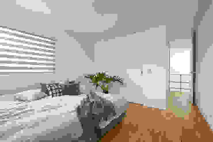 グレートーンで落ち着いた雰囲気の寝室 モダンスタイルの寝室 の タイコーアーキテクト モダン