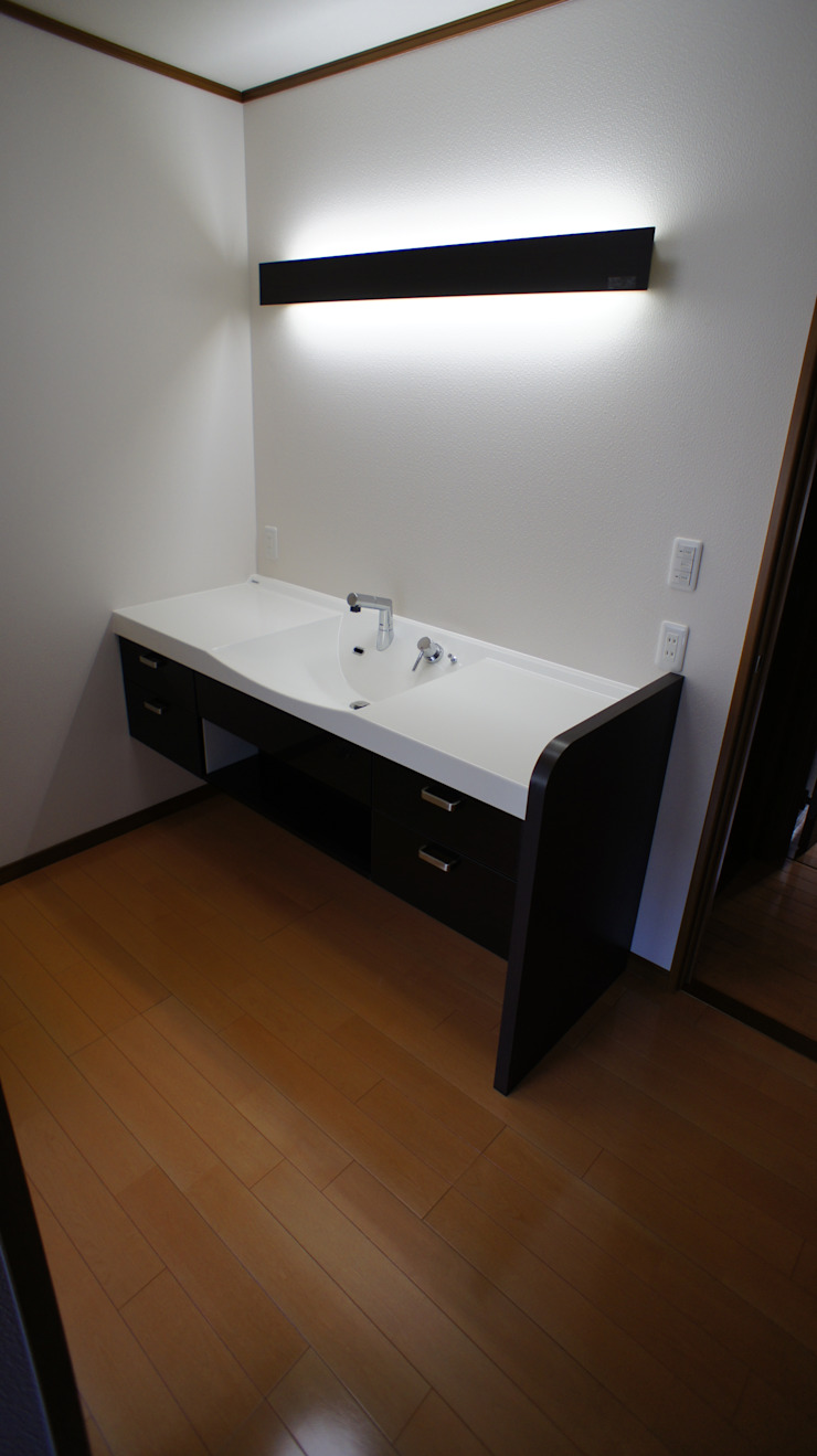 マルモコハウス Modern style bathrooms