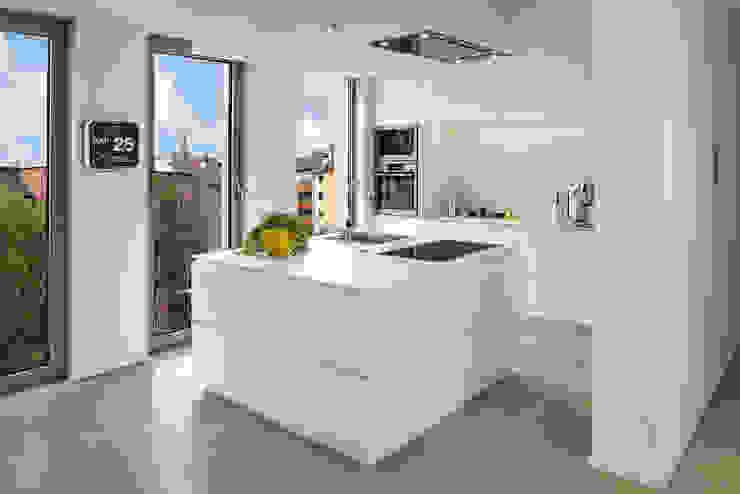 Bau- und Möbelschreinerei Mihm GmbH & Co. KG ห้องครัวตู้เก็บของและชั้นวางของ กระจกและแก้ว White