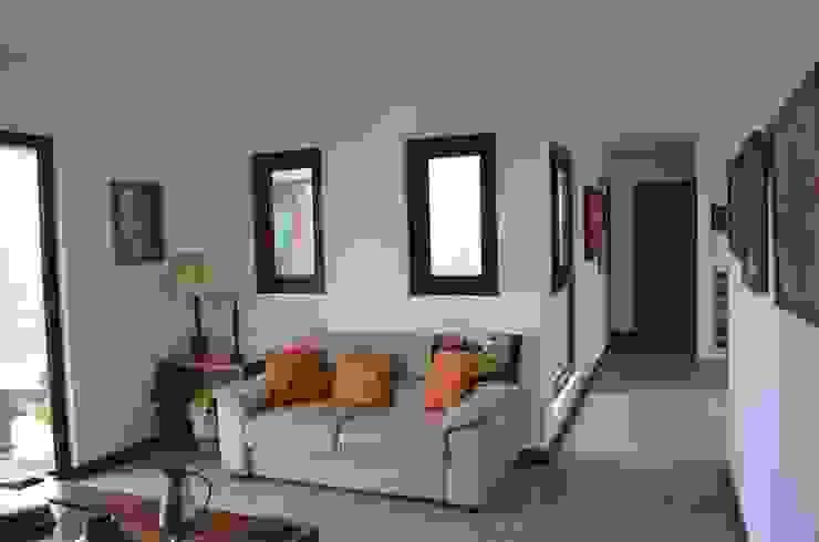 Phòng khách phong cách chiết trung bởi Qarquitectura Chiết trung