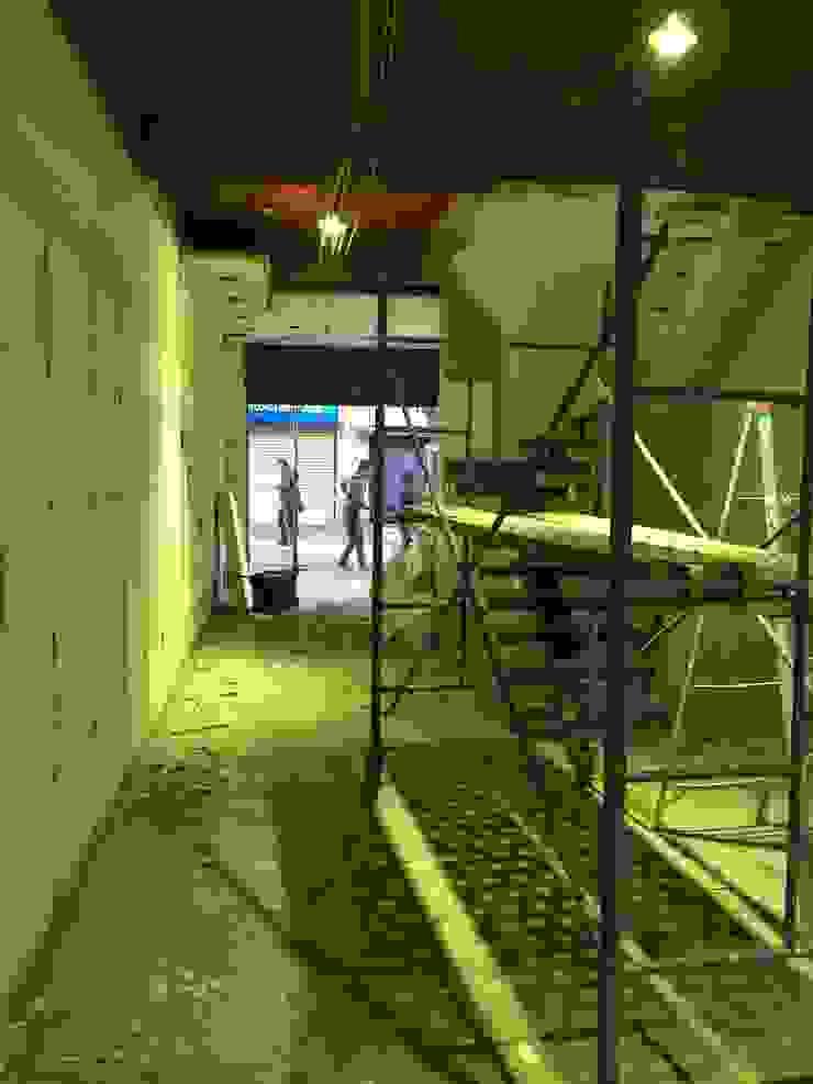 """Habilitación sala ventas WOM """"Puente"""" de Qarquitectura Moderno"""