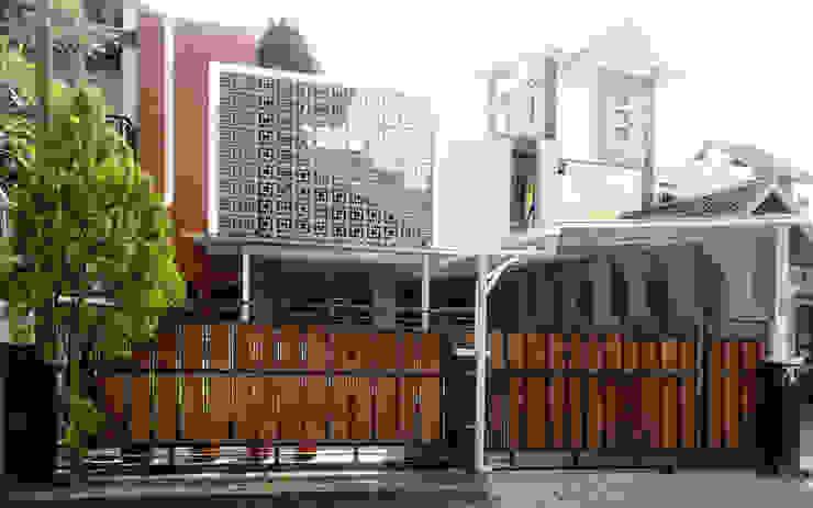 Casas modernas por studioindoneosia Moderno de madeira e plástico