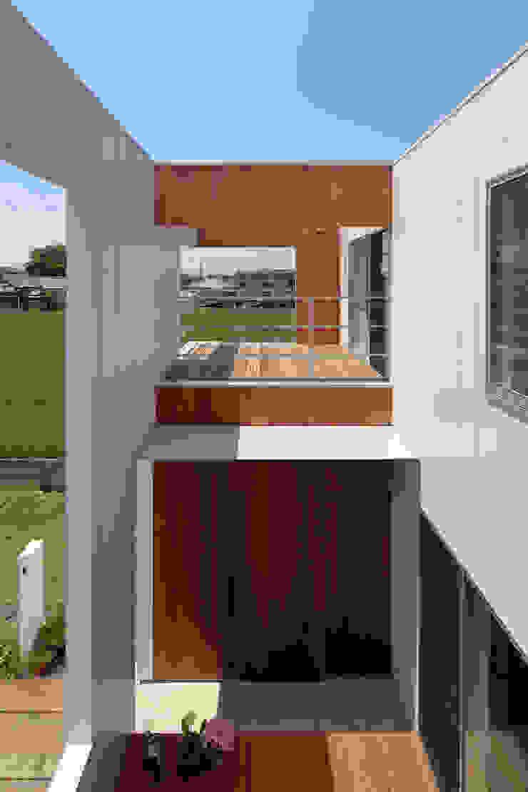 *studio LOOP 建築設計事務所 Balcone, Veranda & Terrazza in stile moderno