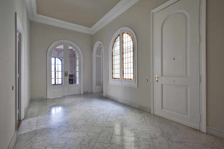 Classic style corridor, hallway and stairs by Isa de Luca Classic