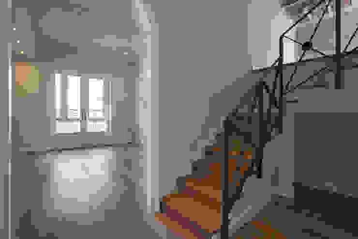 Modern Corridor, Hallway and Staircase by Isa de Luca Modern