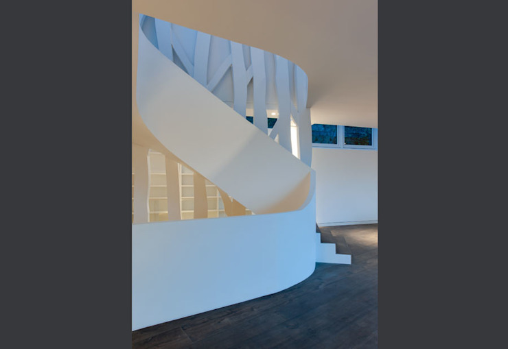 "feature staircase connection 3 storeys with balustrade as ""ribbon"" Modern Corridor, Hallway and Staircase by sisco architects Modern"