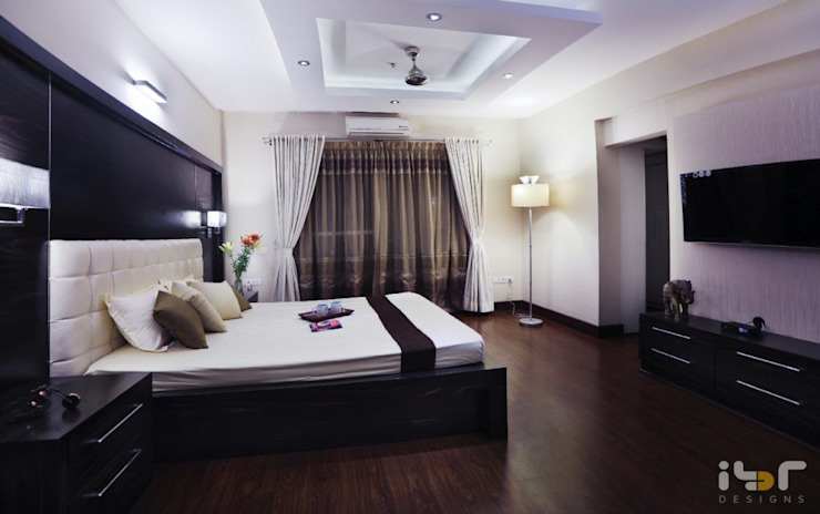 Master bedroom: modern  by Interiors by ranjani,Modern Wood Wood effect