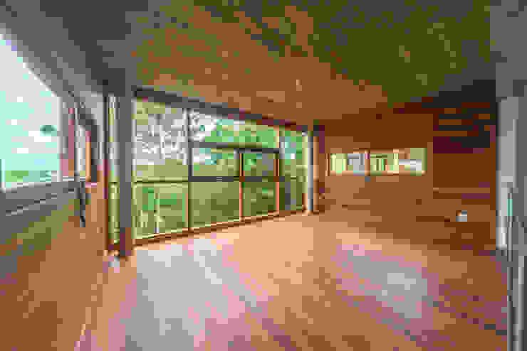 Puertas y ventanas modernas de A+R arquitetura Moderno