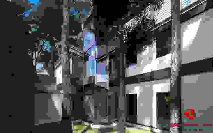 Giardino posteriore alla villa Baldantoni Group Giardino moderno