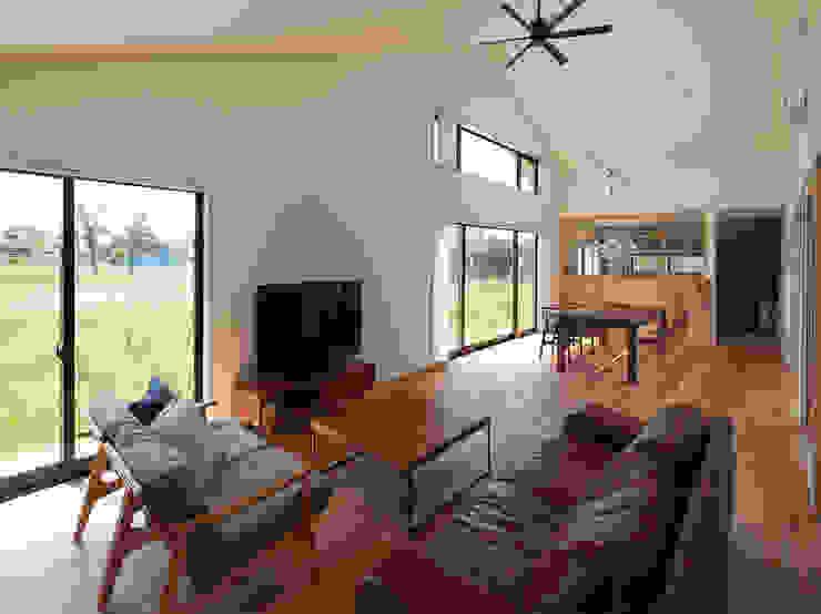 さんかく屋根の家/ Triangle Roof 株式会社 井川建築設計事務所 モダンデザインの リビング