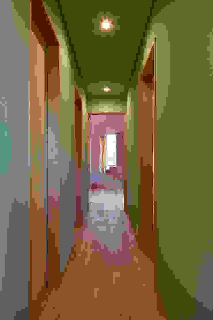 株式会社 井川建築設計事務所 Modern corridor, hallway & stairs