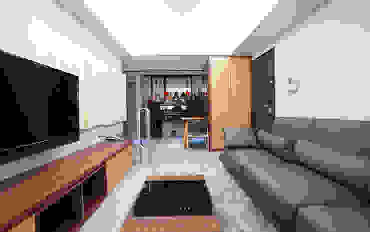 Living room by ISQ 質の木系統家具, Modern