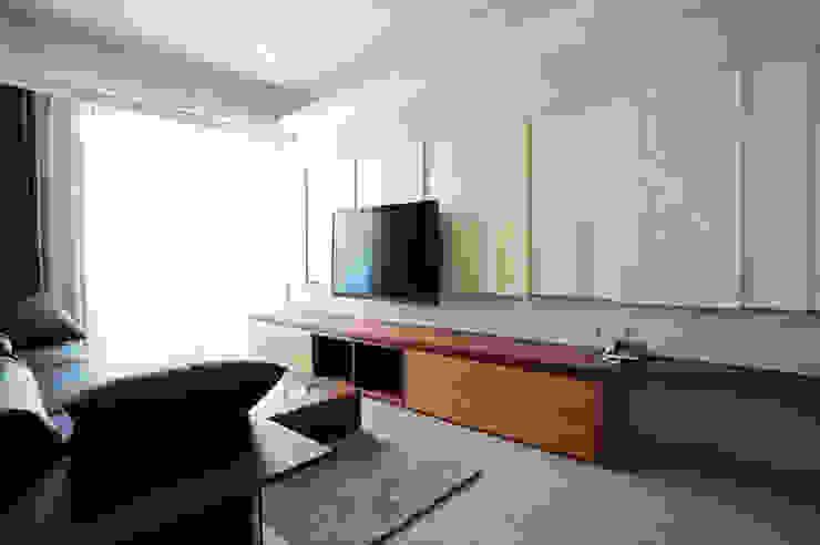 客廳/玄關 现代客厅設計點子、靈感 & 圖片 根據 ISQ 質の木系統家具 現代風