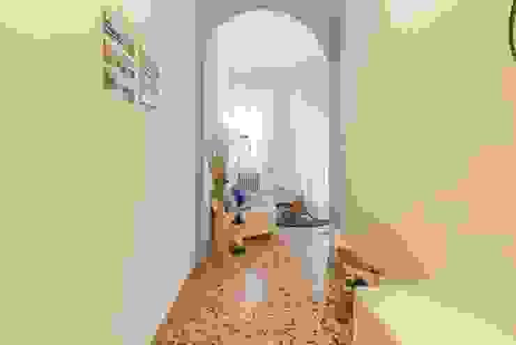 Anna Leone Architetto Home Stager Pasillos, vestíbulos y escaleras de estilo minimalista