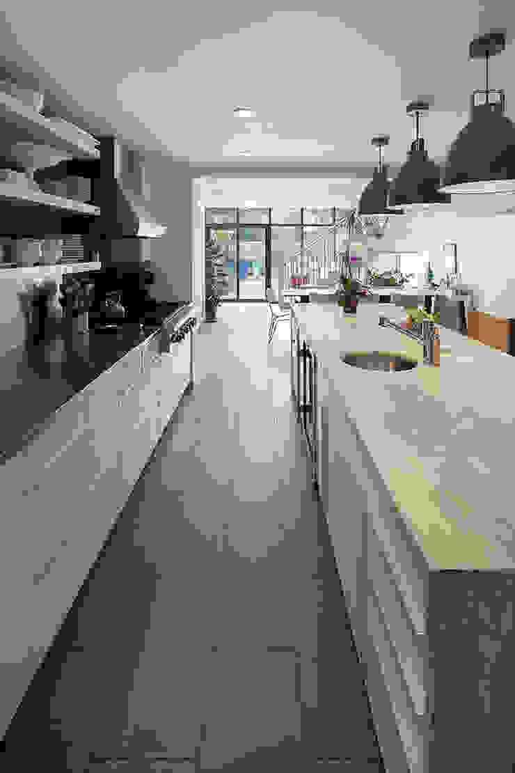 Carroll Gardens Townhouse Modern kitchen by andretchelistcheffarchitects Modern