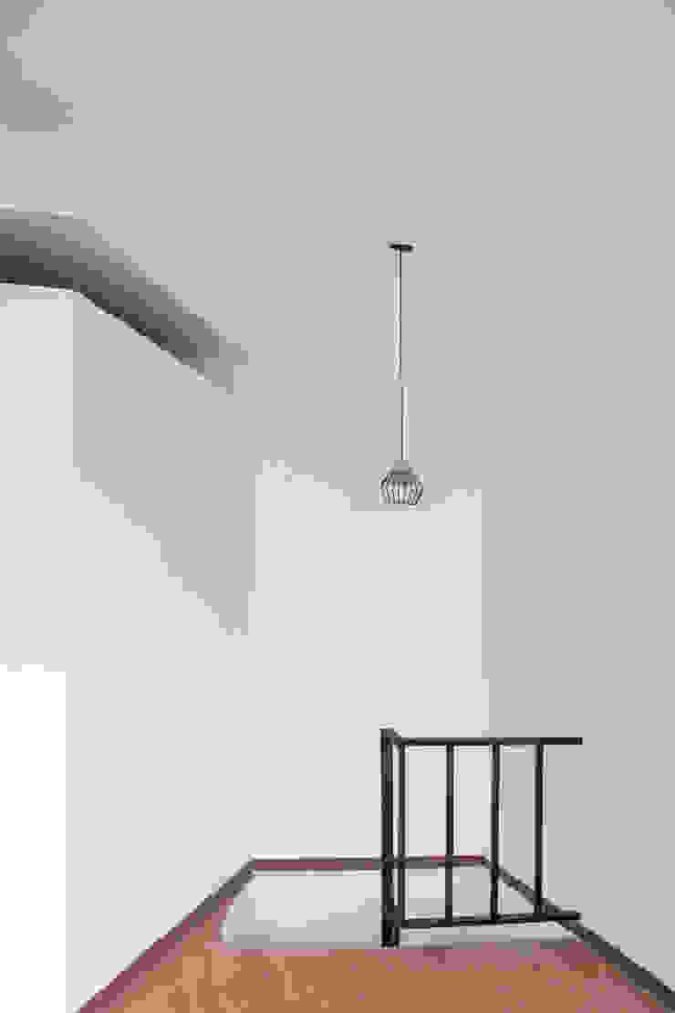 Apartamento 2 Pasillos, vestíbulos y escaleras de estilo industrial de ESTUDIO DUSSAN Industrial