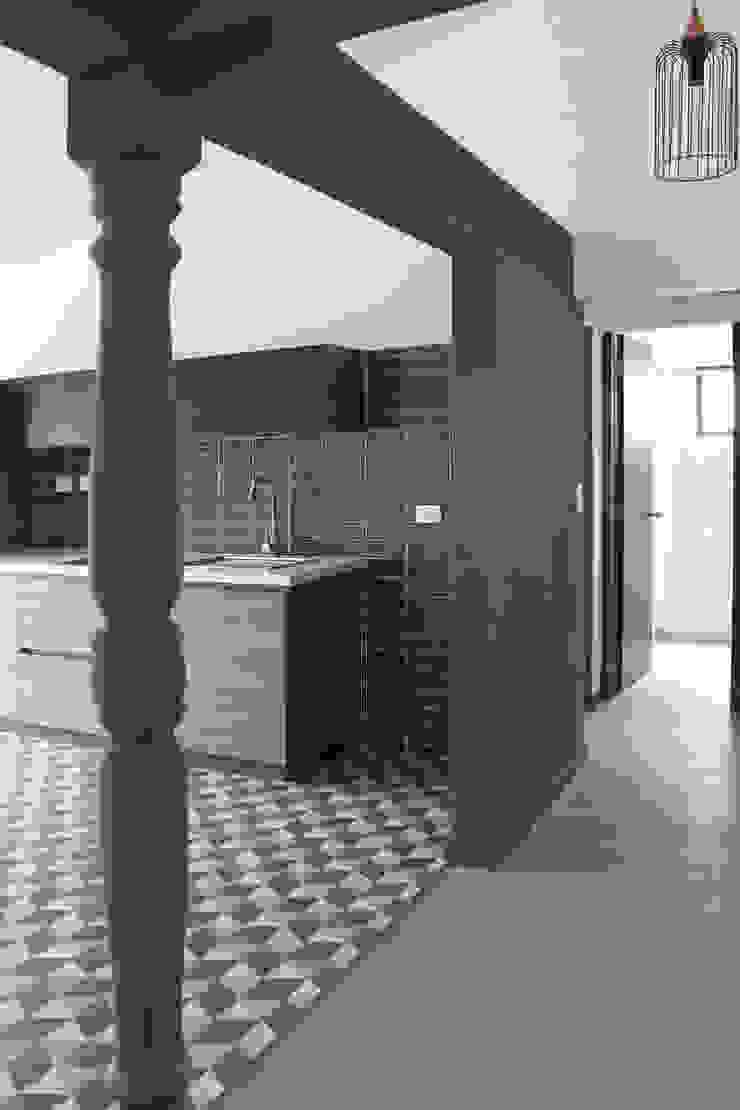 Apartamento 7 Pasillos, vestíbulos y escaleras de estilo ecléctico de ESTUDIO DUSSAN Ecléctico