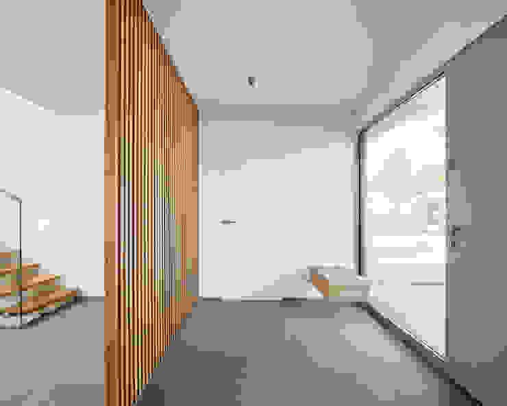 Entree BENJAMIN VON PIDOLL I ARCHITEKTUR Minimalistischer Flur, Diele & Treppenhaus