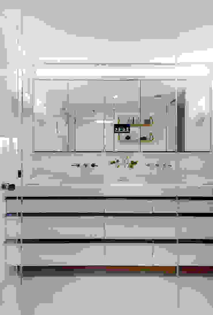 Upper East Side Apartment Modern Bathroom by andretchelistcheffarchitects Modern