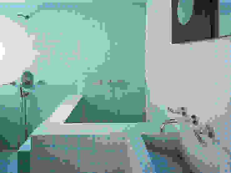 Moderne badkamers van Kimberly Peck Architect Modern