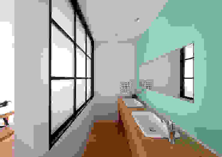 回遊できる家〈renovation〉-長く子供と仲良く、築46年の回遊できる家- 北欧スタイルの お風呂・バスルーム の atelier m 北欧