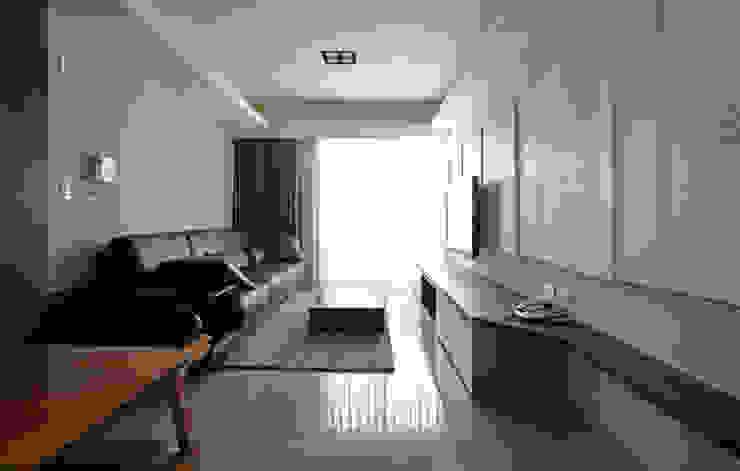 全室案例-新北市黃宅 现代客厅設計點子、靈感 & 圖片 根據 ISQ 質の木系統家具 現代風