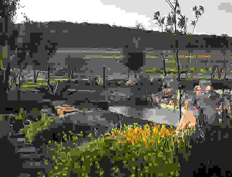 Vista al lago desde la entrada: Jardines de estilo  por Hábitas