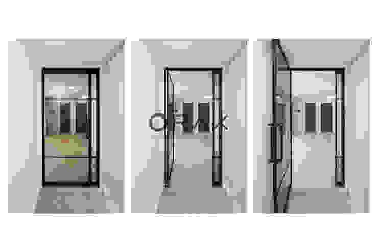Modern corridor, hallway & stairs by 오락디자인 Modern
