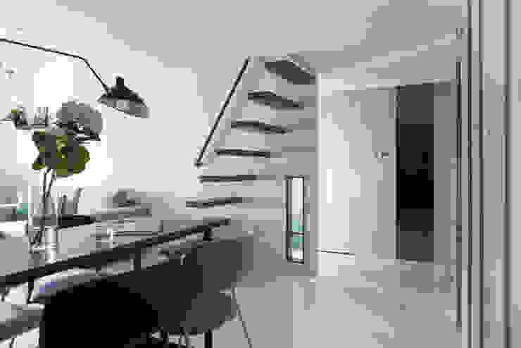 爵士藍調 現代風玄關、走廊與階梯 根據 寓子設計 現代風