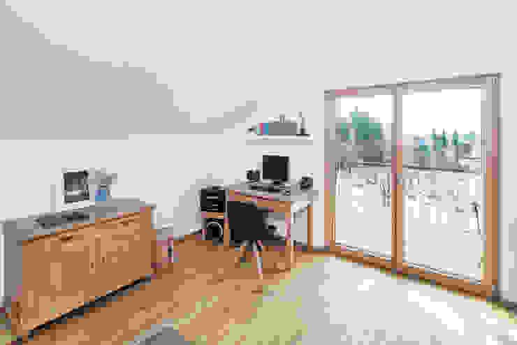 Phòng học/văn phòng phong cách chiết trung bởi wir leben haus - Bauunternehmen in Bayern Chiết trung Gỗ Wood effect