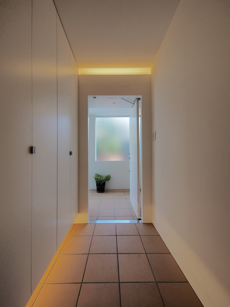アトリエ スピノザ Modern Corridor, Hallway and Staircase