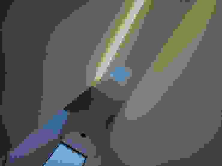 アトリエ スピノザ Modern corridor, hallway & stairs