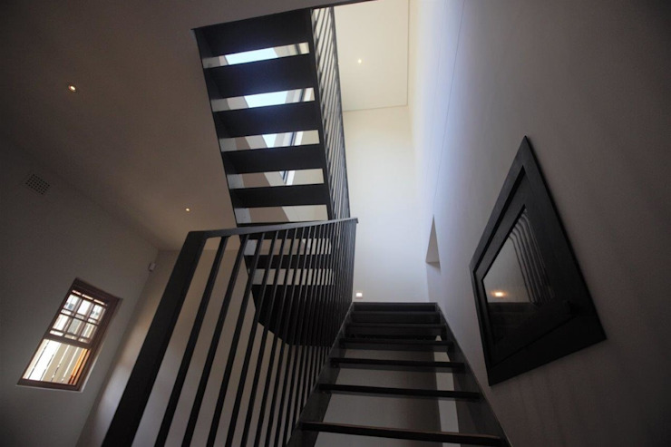 Kunst Architecture & Interiors Modern Corridor, Hallway and Staircase Iron/Steel White
