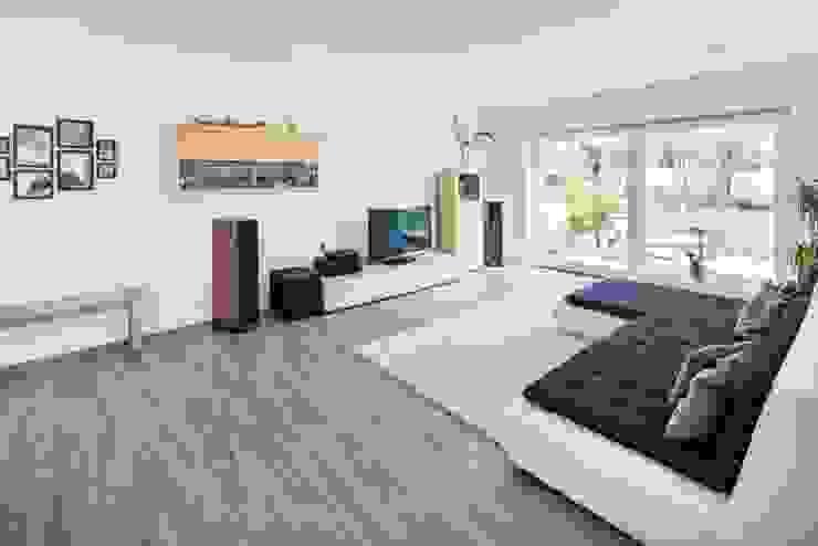 Effizienzhaus in innovativer Massivholzbauweise Moderne Wohnzimmer von wir leben haus - Bauunternehmen in Bayern Modern
