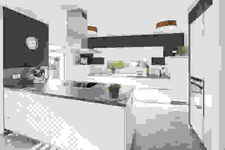 Effizienzhaus in innovativer Massivholzbauweise Moderne Küchen von wir leben haus - Bauunternehmen in Bayern Modern