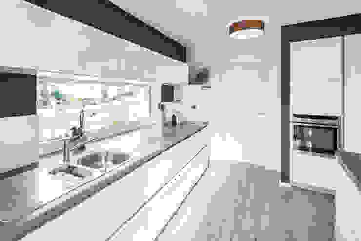 現代廚房設計點子、靈感&圖片 根據 wir leben haus - Bauunternehmen in Bayern 現代風