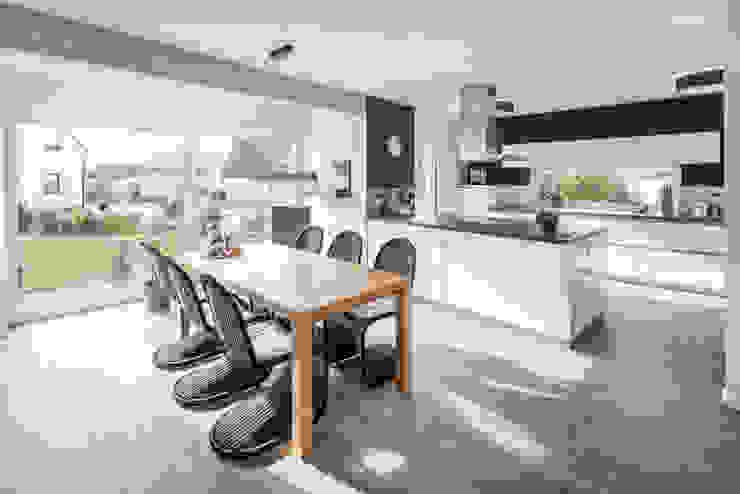 Effizienzhaus in innovativer Massivholzbauweise Moderne Esszimmer von wir leben haus - Bauunternehmen in Bayern Modern