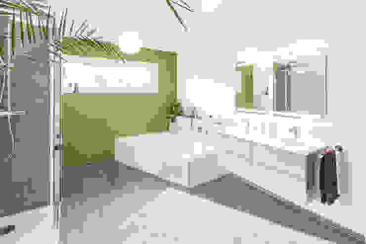 Effizienzhaus in innovativer Massivholzbauweise Moderne Badezimmer von wir leben haus - Bauunternehmen in Bayern Modern