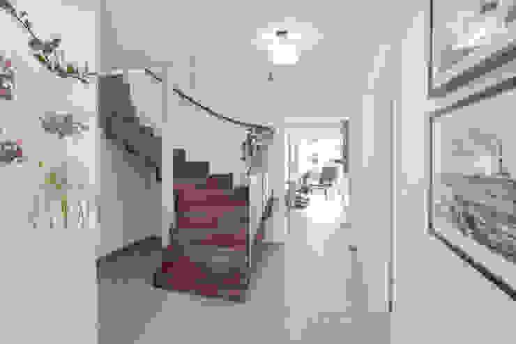 Effizienzhaus in innovativer Massivholzbauweise Moderner Flur, Diele & Treppenhaus von wir leben haus - Bauunternehmen in Bayern Modern