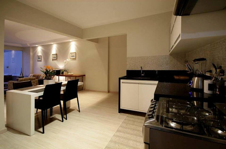 Apartamento E.C., Jardins, São Paulo - Vista da Cozinha André Viana Arquitetura Armários e bancadas de cozinha Cinza